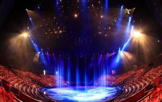 """""""水舞间""""的超大型舞台,可容纳2000名观众"""