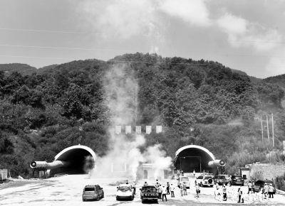 天龙山隧道左洞昨日贯通