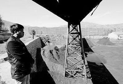 山西朔州一家由温州人黄某投资的煤矿已经停产。望着冷冷清清的煤场,黄某不断叹气。