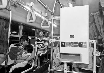 20路闽AY6517公交车上出现自动售水机,乘客可凭公交一体卡进行购买