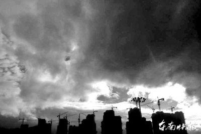 昨日,福州尤溪洲大桥附近,天空乌云密布东快记者吕诚/摄