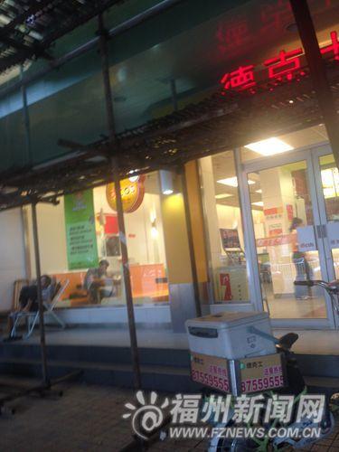 """这家餐饮店招牌还写着""""德克士"""",门口送餐电动车也贴着""""德克士""""字样。"""
