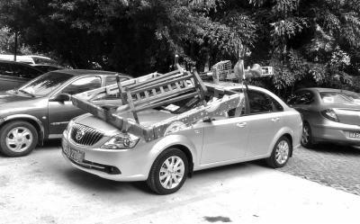 轿车顶上被放上电动车和床架