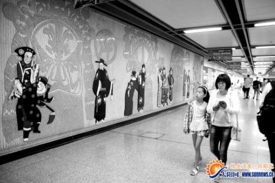 秦腔这种古老的艺术,成了西安地铁文化墙上一道美丽的风景。记者 吴斯婷 摄