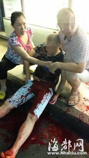 男子被捅,两人在照料伤者(视频截图)