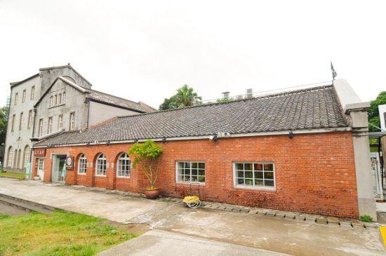 华山文创的高塔区为园区标志性建筑,同样也是文青来台旅游必去的地标之一。建筑本身乃三层砖造水泥结构,建于1920年,最早用于酿造米酒,红砖黑瓦配绿地,一派勃勃生机。