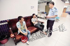 ▲民警对小张(左一)和小吴进行调解