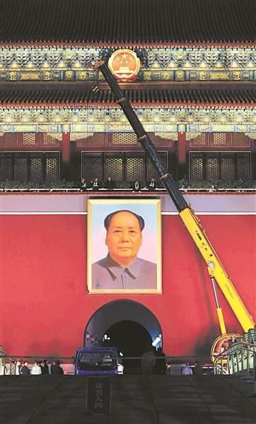2012年9月29日凌晨,工作人员正在更换毛主席画像