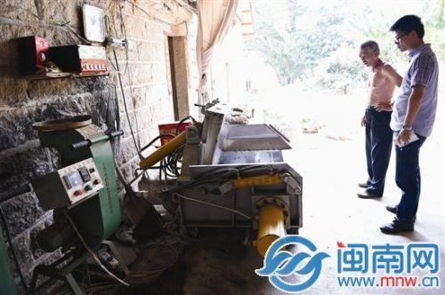 两名男童跑到制茶机中玩耍,可能是自己按下操作开关,酿出事故。