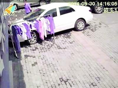 摄像头捕捉到红圈内的偷衣人。夏先生供图