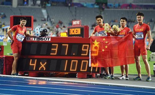 2日,中国队选手苏炳添、谢震业、陈时伟与张培萌(从左至右)与记分牌合影。新华社 发