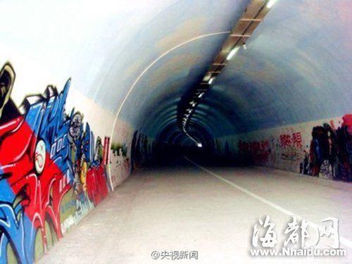 厦门大学芙蓉隧道内,满是厦大学子绘制的艺术涂鸦