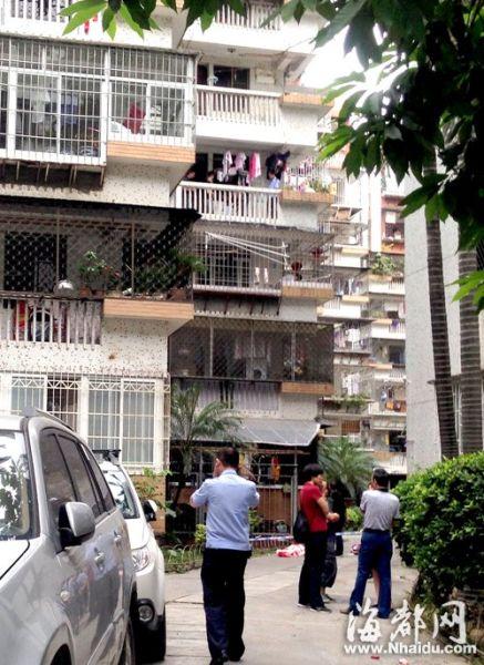 民警在四楼阳台进行调查