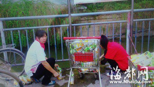 两名女子往陆庄河倒过期饮料