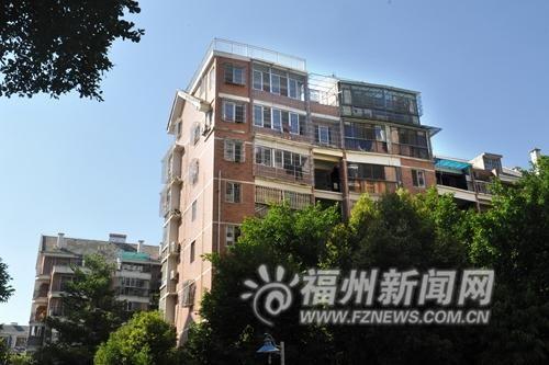 """这栋楼的违建""""楼上楼""""有两层。"""