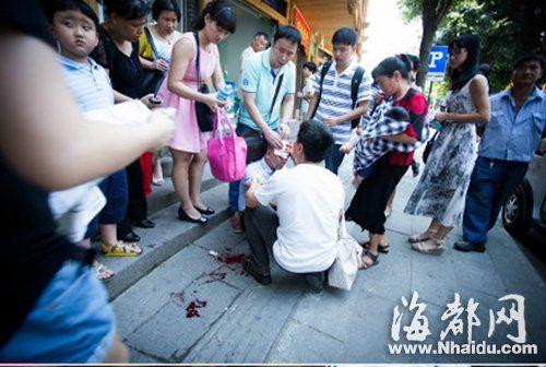 老人摔倒流血,路人纷纷上前帮忙