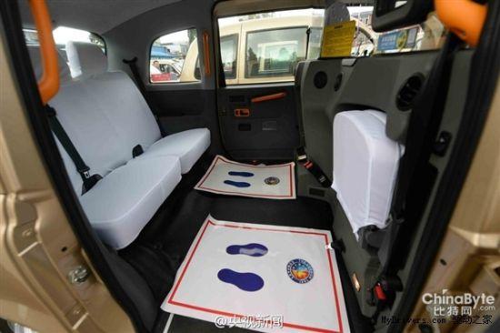 土豪金老爷出租车 功能设计突出无障碍特点。