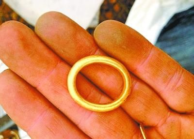 金戒指呈椭圆形,说明曾被人戴过。
