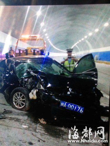 车祸现场,小车被撞坏变形