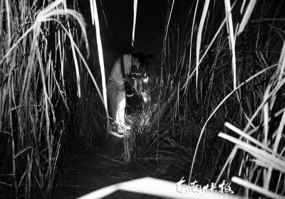 孩子的亲属们前夜在浦上大桥附近江边仔细搜寻