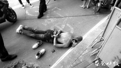偷窃手机的其中一名男子被民警和市民协力制服