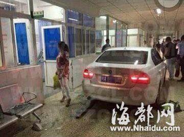 一辆宝马车停在长乐市医院急诊中心,现场一片狼藉(网友供图)