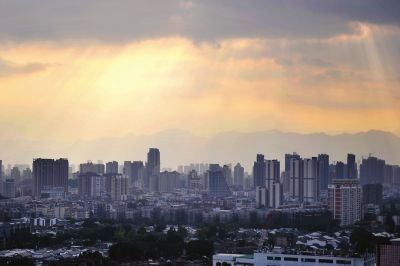 昨日下午四点,阳光透过云朵照射福州城区