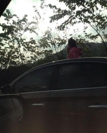 榕三环路现拉风大姐 从疾驰汽车中钻出天窗