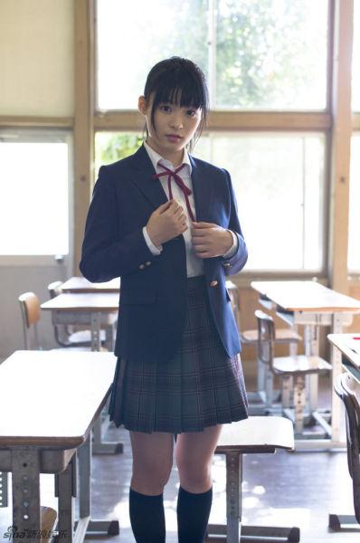 制服少女太大胆!教室里脱衣险走光露乳