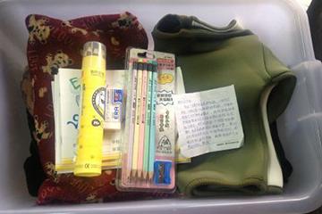 晋江施先生给升星小学吴优璇的一箱衣服及一些文具