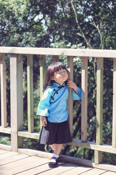 """贝贝以一组""""泉州清源山民国装小女生照""""走红微博,照片上的她梳着两个"""