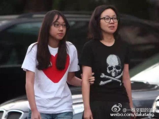 闫妮17岁女儿元元近日正面照曝光