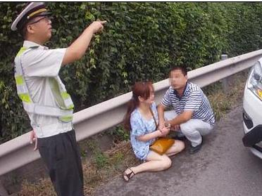 夫妻高速公路上闹离婚 妻子抢方向盘未果欲轻生