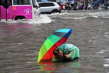 主城暴雨过后 较场口冉家坝轨道站多处漏水