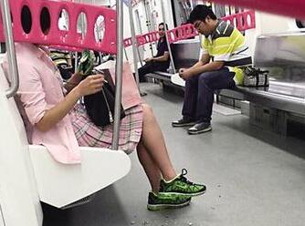 """粉裙""""瓜子女""""坐地铁连嗑12站 壳扔了一地"""