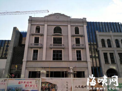 仿古西洋建筑周围交错着玻璃幕墙