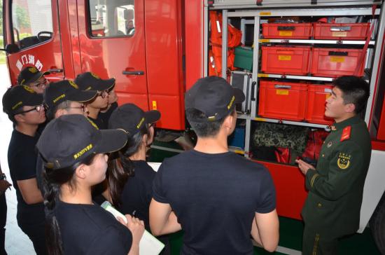 组员们参观消防车辆