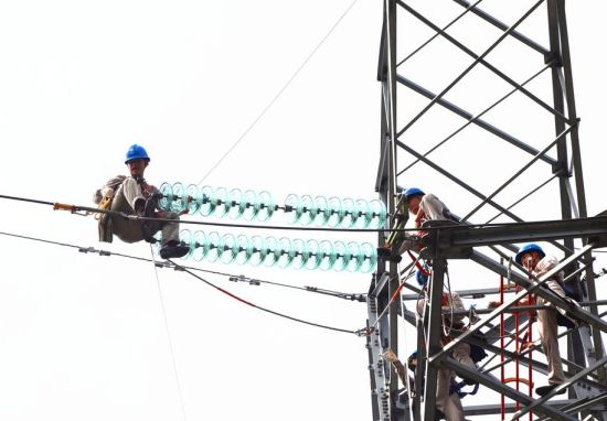 供电人员正在杆塔作业
