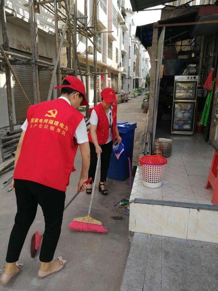 党员们仔细清扫着社区的每个角落