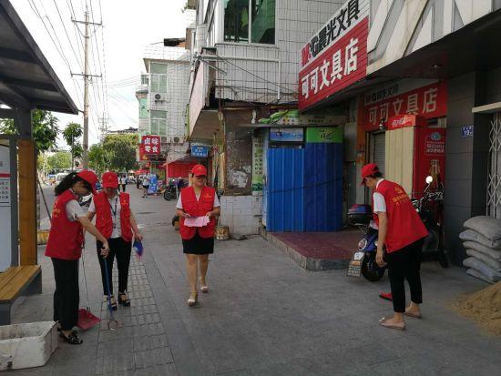 党员们正在清扫社区街道