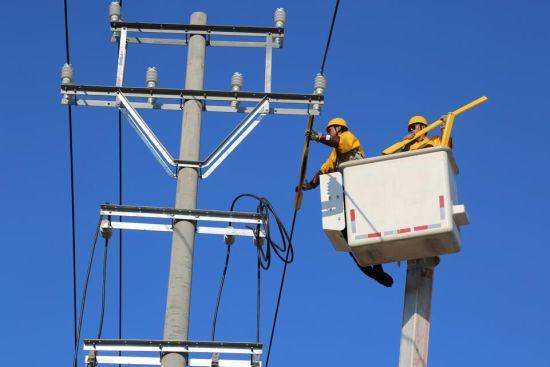 工作人员在进行带电搭火作业1