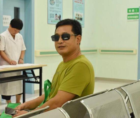 司机朋友迫不及待地戴上了医院赠送的太阳镜