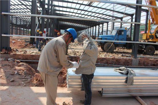 三明供电公司人员认真指导施工人员做好安全措施。(肖伟捷)