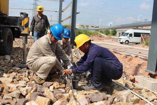 三明供电公司人员认真指导企业厂房建设。(肖伟捷)