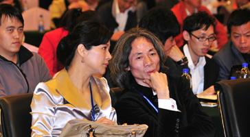 答案传媒CEO杜子建正与在场嘉宾交谈