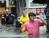洪水来了照样喝啤酒 实拍各国超级淡定哥