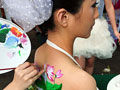 福州新娘张扬个性 三坊七巷里玩人体彩绘