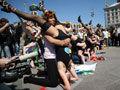 乌克兰美女组团扮人体弹弓抗议白俄总统