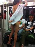"""性感""""更衣女""""地铁内当众更衣"""