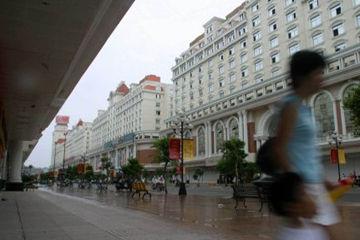 细雨中的中亭街